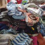 Diese handgestrickten Socken und Mützen werden Kindern warm geben