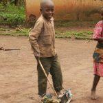 Paten eines Kindes in Ruanda erlauben diesen mit Freunden zu spielen anstatt zu arbeiten.