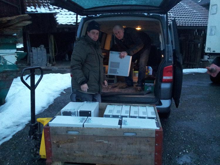 """Anschliessend hilft Peter Stoll vom Hilfsverein """"ungerwägs"""" beim Umladen in den Hilfsgütertransport (rechts)"""