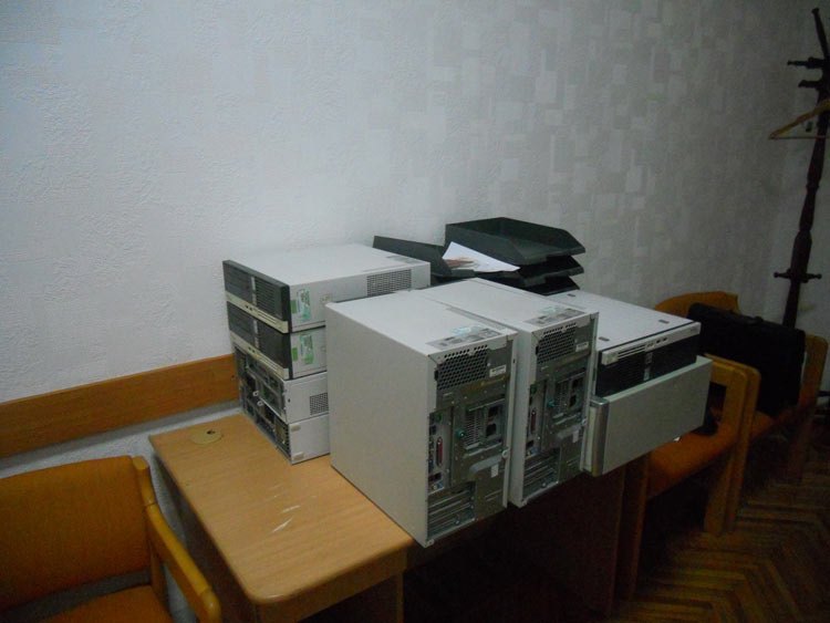 Anschliessend werden sie von einem moldawischen Mitarbeiter einheitlich installiert