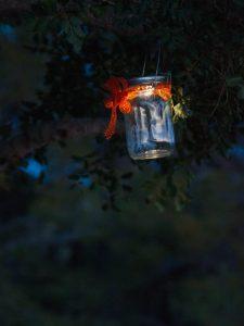 01 Das Sonnenglas mit Schleife geschmueckt als Gartenlampe