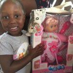 Nataliana mit ihrem Geschenk